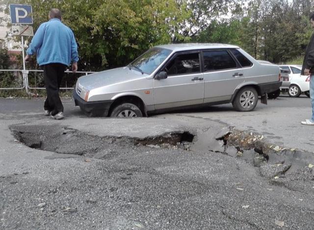 видео, необычный способ борьбы с ямами, как борются с ямами на дорогах, ямы на дорогах