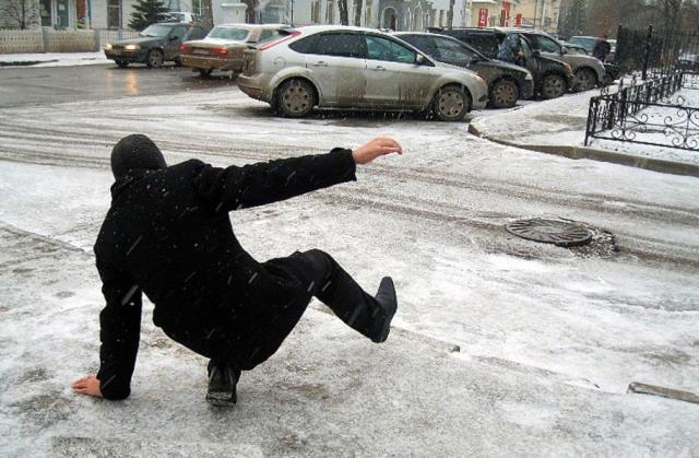 компенсация за скользкий тротуар, скользкий тротуар, кто виноват в падении пешехода на тротуаре