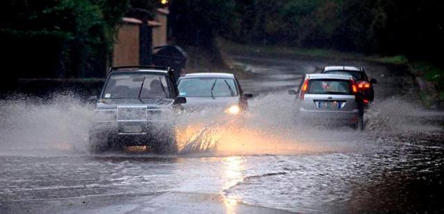 как управлять автомобилем в дождь, сильный дождь за рулем, что делать если сильный дождь застал за рулем, как управлять машиной в ливень, аквапланирование